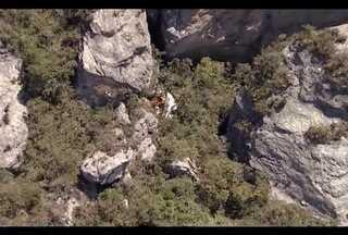 Corpos de ocupantes de avião que caiu em serra de MG são resgatados - Monomotor saiu do Vale do Rio Doce em direção à Região Central, na terça.