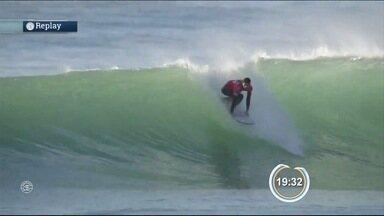 Gabriel Medina segue na etapa França do Mundial de Surfe - Ele venceu a bateria contra um surfista americano.