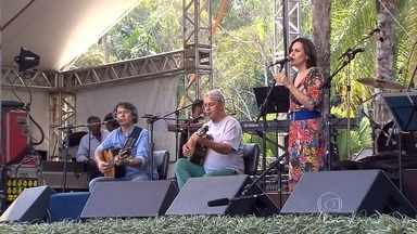 Centenas participam de homenagem a Fernando Brant no Inhotim - Show emocionou amigos, parentes e fãs do compositor.