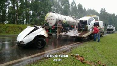 Carro quebra ao meio depois de acidente - Tornado atinge cidade do oeste do Paraná.