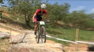 Ciclistas testam a pista de Mountain Bike de Deodoro - O percurso tem obstáculos naturais e alguns artificiais, para dificultar a vida dos ciclistas. A pista será utilizada para um evento teste das Olimpíadas neste domingo (11).