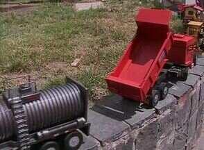 Brinquedos recicláveis são vendidos em Caruaru - Artesãos fazem do lixo peças que encantam adultos e crianças.