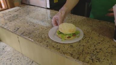 Comerciantes apostam em criatividade para aumentar receita na Oktoberfest - A cada edição, são consumidas 90 toneladas de comida na Oktoberfest.