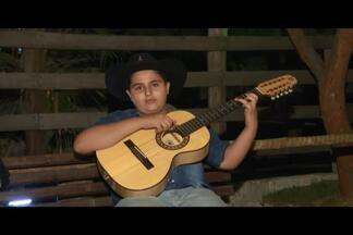 Violeiro divide estudos e paixão pela música em Divinópolis - Gustavo Manuel se apresenta em festas, igrejas e rodeios.