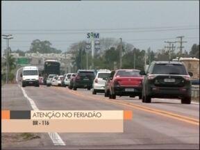 Motoristas pegam a estrada durante o feriadão - Com a chuva o movimento nas rodovias deve ser considerado de um fim de semana normal