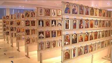 Mostra no PR revela como padroeira do Brasil é conhecida no mundo - Exposição reúne mais de quatro mil quadros sobre a mãe de Jesus. Maior acervo brasileiro de imagens da santa é obra de padre de Apucarana.