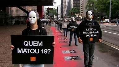 Grupo protesta para cobrar punição por chacina na Grande São Paulo - O grupo usou máscaras e cartazes para protestar contra a falta de punição para os responsáveis pela morte de 19 pessoas na chacina em Osasco e Barueri. O protesto na Avenida Paulista ocorre no dia em que as mortes completam dois meses.