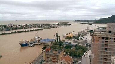 Defesa Civil de Blumenau (SC) está em alerta por causa das tempestades - Em uma semana, foram 40 deslizamentos de terra em Blumenau. Em Santa Catarina, força da correnteza impede que embarcações façam manobras no porto de Itajaí.