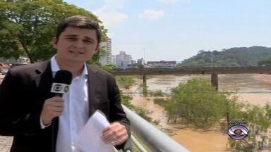 Nível do Rio Itajaí-Açu baixa onze centímetros por hora nesta quinta-feira em Blumenau - O pico máximo foi ontem às 17h, quando o nível do Itajaí-Açu chegou a 7m33cm.