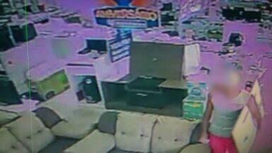 Vídeo mostra homem furtando TV de 43 polegadas de loja em Vila Velha, ES - Crime aconteceu na manhã desta quinta-feira (15), na Glória.Gerente disse que não desconfiou e que o homem foi ao local com mulher.