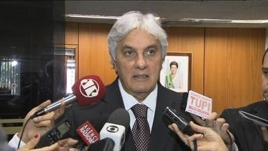 Rebaixamento da nota do Brasil provoca troca de acusações em Brasília - Oposição voltou a condenar a campanha eleitoral da presidente Dilma. Líder do governo no Senado criticou a intransigência da oposição.