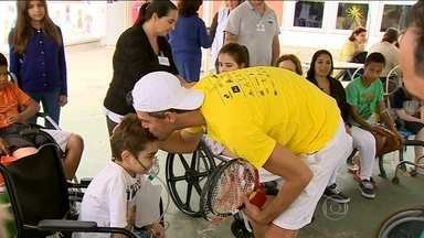 Guga faz a alegria de crianças em hospital de Florianópolis - Ex-tenista busca transmitir esperança durante Sétima edição da Semana Guga Kuerten