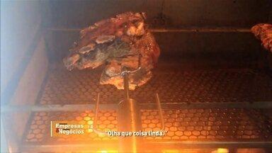 Gaúcho cria espeto movido à pilha - Um refresco pros churrasqueiros de todo o país. Ideia mexeu com a cabeça e bolso dele.