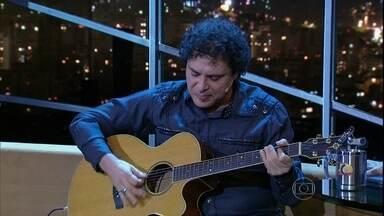 """Frejat canta """"O amor é quente"""" - Cantor foi entrevistado por Jô Soares no programa de segunda-feira"""