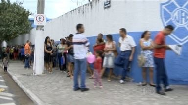 Endividados passam a noite na rua para limpar o nome em Vitória - Imagem de fila dando a volta no quarteirão, em Vitória, no Espírito Santo, é retrato da crise.
