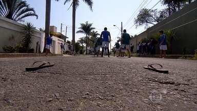 Futebol na rua é diversão para muitas crianças, mas na base do Cruzeiro é treinamento - Categoria sub-14 tem treinos semanais nas ruas, onde os meninos jogam bola com os pés descalços. Os objetivos são aperfeiçoar o improviso dos garotos e recuperar a essência do futebol