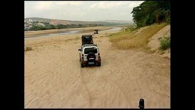 Jipeiros andam sobre bancos de areia do rio Doce em Colatina, ES - Ideia foi para chamar a atenção para a seca.
