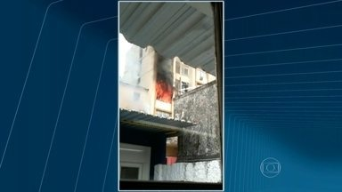 Incêndio atinge apartamento no Grajaú - O apartamento foi completamente destruído pelas chamas. Imagens foram enviadas por telespectador.