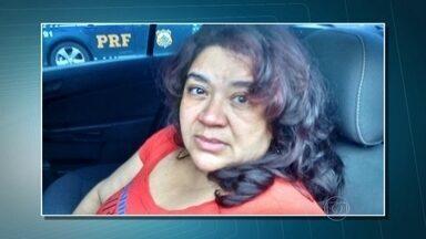 Polícia prende mulher acusada de aplicar golpes com cheque e cartões de banco - Vanilde Alves é acusada de aplicar golpes com cheques, cartões de banco e empréstimos falsos, além de fraudar carteiras de motorista. Ela foi presa enquanto fazia compras em um mercado em Camboriú, em Santa Catarina.