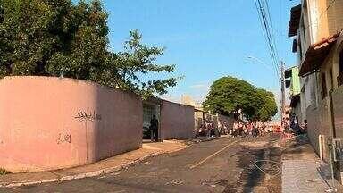 Alunos fazem protesto contra assaltos e fecham BR-101, no ES - Na última sexta-feira (23), um estudante chegou a dar um tiro na porta de um colégio.