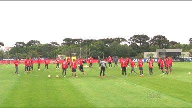 Após vitória no Brasileiro, Atlético-PR volta aos treinos e foca na Sul-Americana - Furacão encara o Sportivo Luquenõ, no Paraguai, pela partida de volta das quartas de final da competição