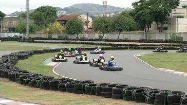 Volta Redonda, RJ, sedia penúltima etapa do Estadual de Kart Rio Sul 2015 - Competição, que reuniu pilotos de 10 categorias, foi realizada durante o fim de semana, no Kartódromo Internacional.
