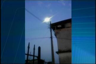 Você no MGTV: Morador envia foto de poste com luz acesa durante o dia em Lagoa da Prata - Segundo ele, outros postes estão acesos há cerca de cinco meses. Prefeitura informou que providências serão tomadas para resolver o problema.