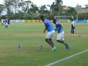 Manoel e Dedé fazem treinamento físico na Toca da Raposa II - Zagueiros em atividade nesta segunda-feira