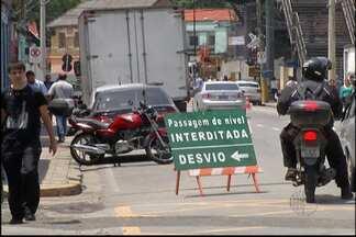 Passagem de nível da Rua Cabo Diogo Oliver é fechada em Mogi das Cruzes - A mudança faz parte das alterações necessárias por causa da obra da passagem subterrânea.