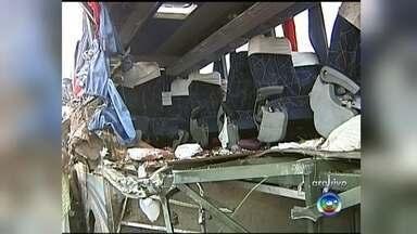 Acidente que deixou 13 mortos em Ibitinga completa um ano - Um dos maiores acidentes rodoviários do interior de São Paulo completa um ano amanhã. A colisão entre um ônibus de estudantes e uma carreta em Ibitinga deixou treze mortes.