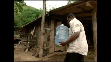 Córrego seca e distrito de São José do Calçado fica sem água, no ES - Córrego São Lourenço, que abastece o município, está seco.Um caminhão está distribuindo água, mas não chega em todas as casas.