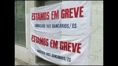Clientes de bancos levam queixas ao Procon de Cachoeiro, Sul do ES - As agências do município estão fechadas há vinte dias.