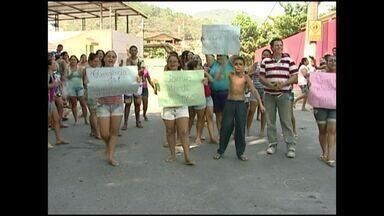 Moradores de Itaóca protestam pedindo melhorias na saúde, no Sul do ES - Juiz determinou que os moradores encerrassem o protesto.