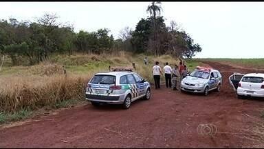 Polícia encontra corpos de garota e suposto namorado em rodovia de GO - Menina, de 16 anos, estava a cerca de 1 km do jovem, de 22, na GO-309.Ele era investigado suspeito de ter cometido homicídio; polícia apura caso.