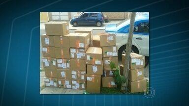 PM recupera carga de medicamentos usados no tratamento de câncer - Policiais militares do Batalhão de Irajá recuperaram as caixas com os remédios e uso restrito no morro do Juramento, em Vicente de Carvalho. Ninguém foi preso.