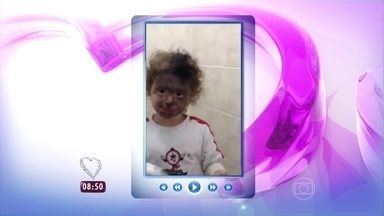Ana Maria mostra vídeo de menina que brincou com maquiagem da mãe e se sujou todinha! - A apresentadora e o Louro José caem na gargalhada