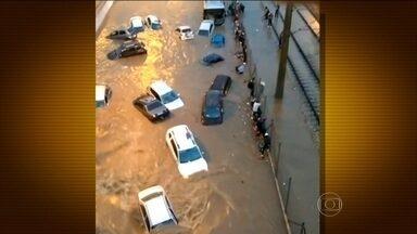 Temporal deixa Belo Horizonte debaixo d'água - Carros foram arrastados pela enxurrada. Motoristas relataram momentos de desespero.