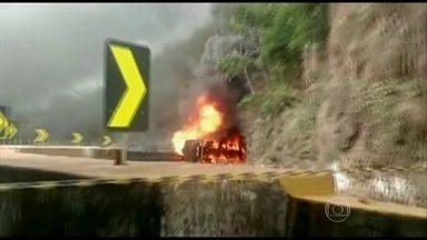 Rodovia Dutra é interditada no sentido Rio de Janeiro - Caminhão carregado de nafta tombou e explodiu na manhã de domingo (31) na Serra das Araras. Técnicos da concessionária ainda trabalham para liberar a rodovia.