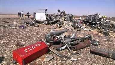 Empresa descarta falha humana ou mecânica na queda de avião no Egito - Airbus caiu sábado (31) e matou mais de 200 pessoas. Parentes acompanharam a chegada de corpos a São Petersburgo, na Rússia.