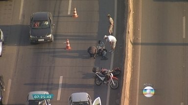 Acidente com motociclista deixa trânsito lento no Anel Rodoviário, em Belo Horizonte - O acidente foi próximo ao cruzamento do Anel Rodoviário com a Avenida Amazonas. O motociclista ficou ferido.