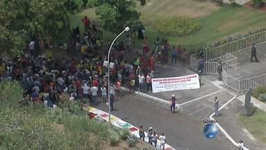 Integrantes do MSTS fazem manifestação em frente a Governadoria, em Salvador - Eles querem mais unidades do Minha Casa, Minha Vida e também que sejam construídas creches e escolas nas que já existem.