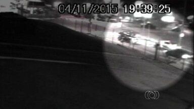 Câmera de segurança registra roubo de carro em Goiânia; veja vídeo - Veículos que passavam pelo local chegaram a dar ré para fugir de ação. Crime durou menos de 1 minuto; vítima foi abordada após para no semáforo.