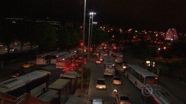 Tiroteio em ônibus no RJ apavora passageiros - Bandidos anunciaram assalto e um policial que estava de folga reagiu.