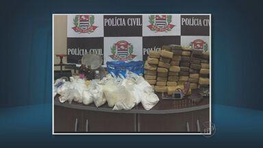 Polícia apreende drogas, arma e munições em Monte Mor - As drogas estavam escondidas em tambores enterrados no chão. Um suspeito foi preso.