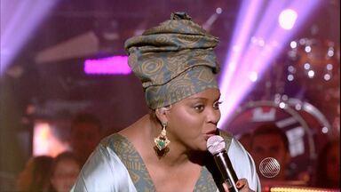 Cantora de Feira de Santana vence batalha no The Voice Brasil - No duelo, Paula Sanffer cantou a música Meia Lua Inteira, de Carlinhos Brown, e foi escolhida pelo técnico para continuar no programa.