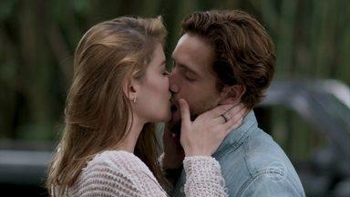 Felipe e Lívia se beijam depois do atropelamento - O clima fica tenso entre os dois. Melissa acaba vendo o marido com Lívia e tenta disfarçar o ciúme