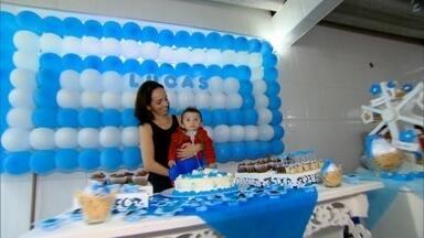 Bebê comemora primeiro aniversário no dia em que fez importante cirurgia - Lucas fez operação para desobstruir traqueia ainda no útero da mãe. A criança nasceu em 23 de dezembro, mas foi operado em 8 de novembro.