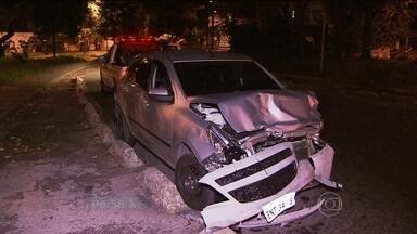 Motoristas bêbado passa o sinal vermelho e bate em outro carro na Zona Lesta da capital - O motorista bêbado passou o sinal vermelho e bateu em outro carro na Avenida Aricanduva. Uma mulher que estava no carro atingido morreu e o marido dela ficou ferido.