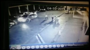 Câmeras de Segurança flagram ação de bandidos em Pendotiba, Niterói - A Rua João Batista Costa, em Pendotiba, sofre com frequentes assaltos. Confira.