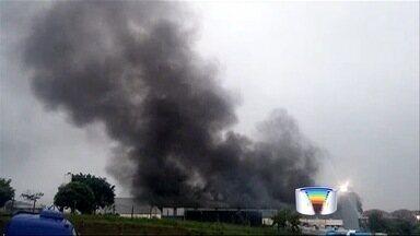 Incêndio atinge galpão em Taubaté - Bombeiros ainda não sabem a causa do fogo no distrito de Piracangaguá